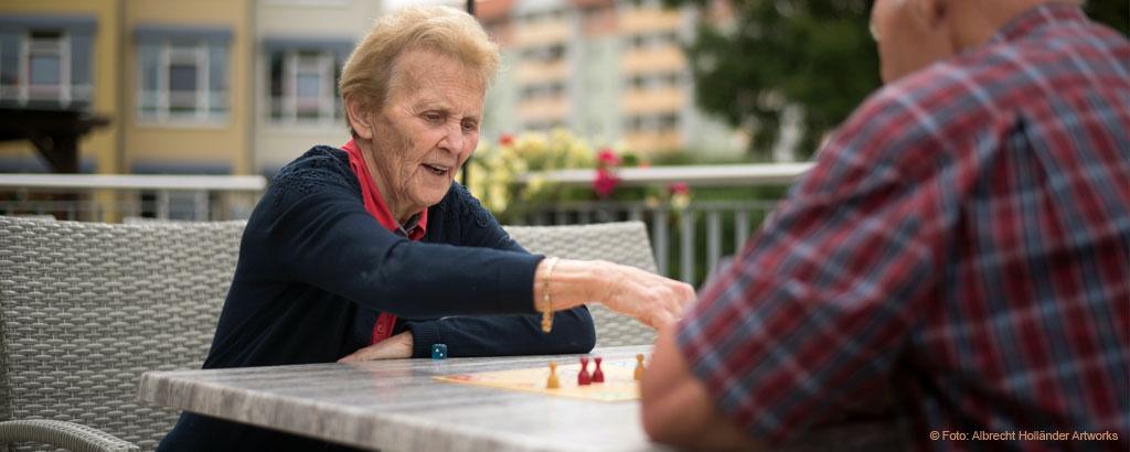 Bewohner-spielen-Brettspiel